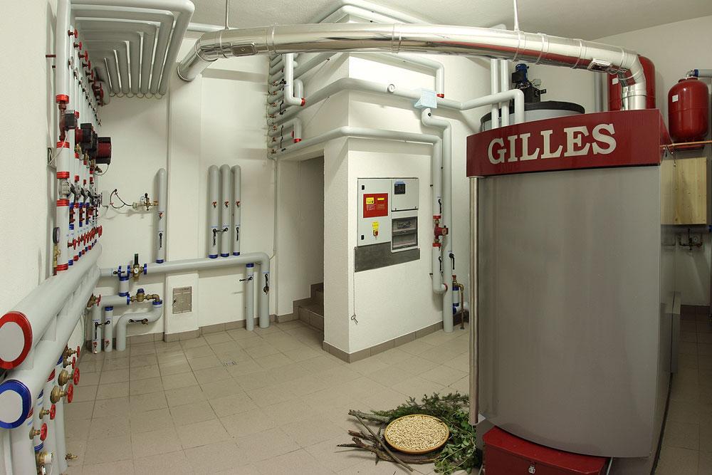 hotel-biomasse-heizung-riscaldamento-biomassa-legno